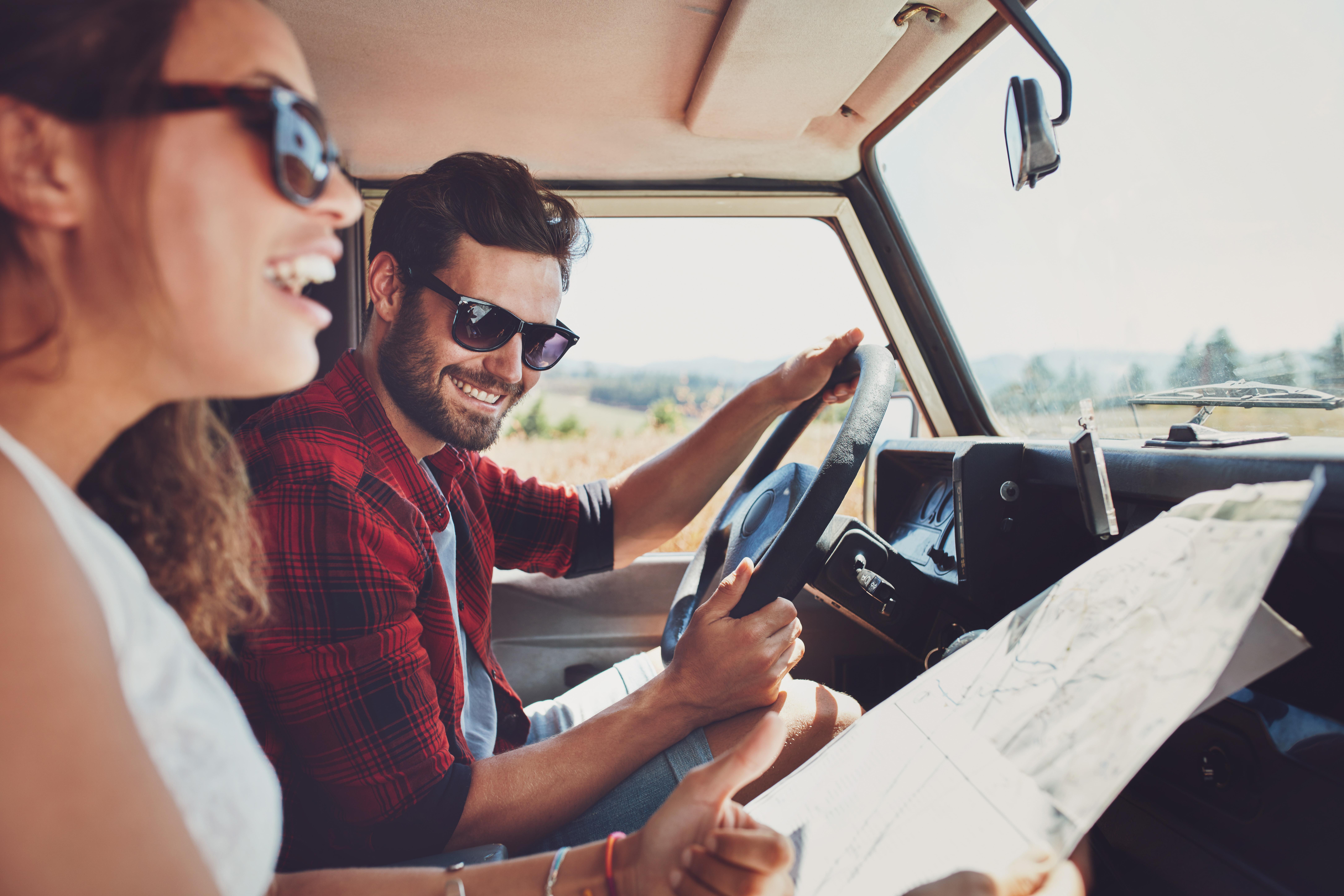 casal numa autocaravana a planear uma roadtrip
