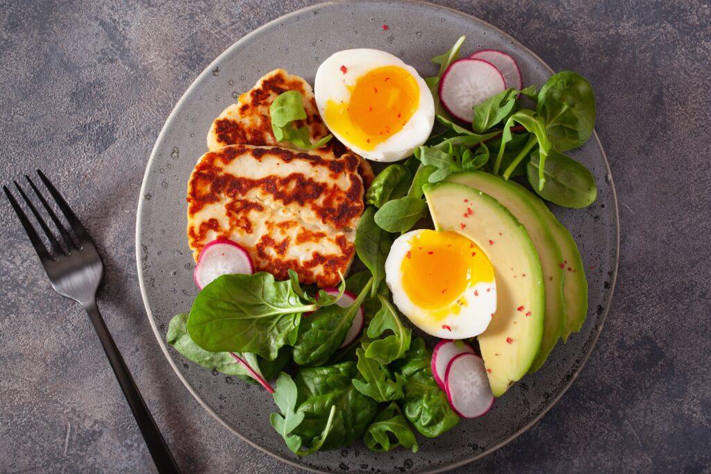 Teller mit Halloumikäse, Avocado, Ei und Salat