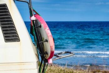 Wie befestige ich mein Surfbrett auf meinem Wohnmobil oder Auto?