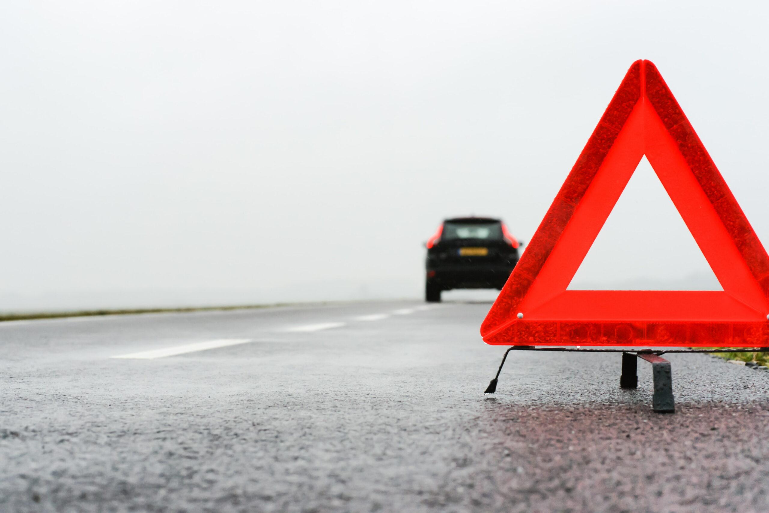 gevarendriehoek met auto en mist