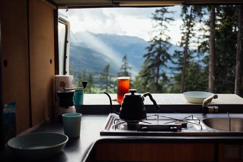Wie deine Wohnmobilküche funktioniert und was im Küchenset enthalten ist